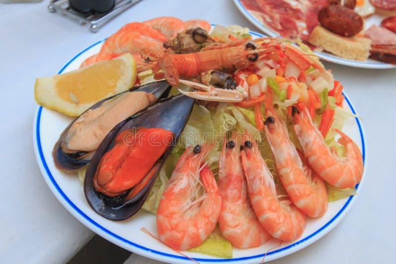 Tapa de fruits de mer dans le restaurant local de l'Espagne image stock