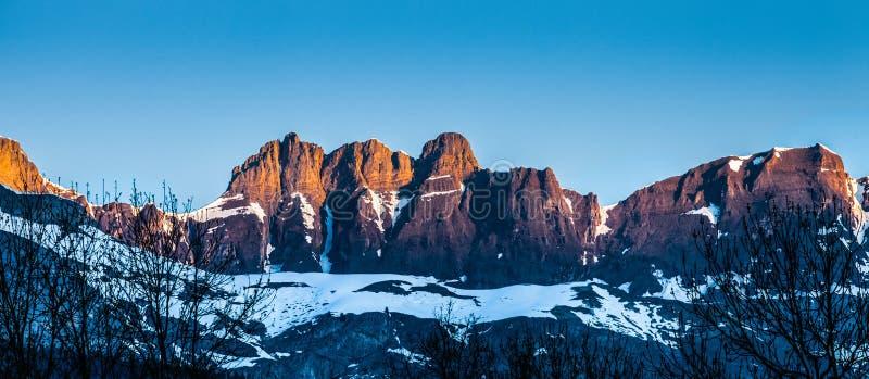 Tapa de la montaña del rango de Aravis, Francia I imagen de archivo