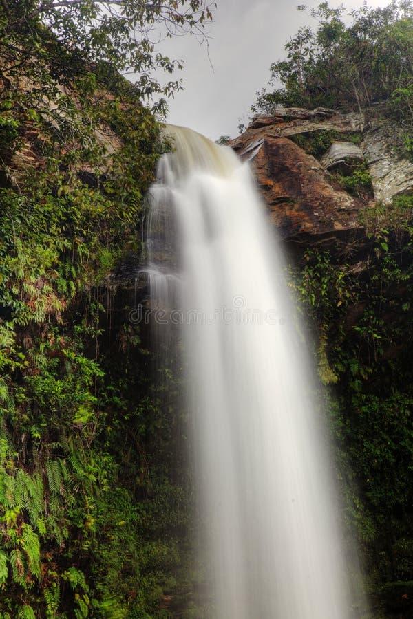 Tapa de un tipo cascada, Abade del canal inclinado en el Brasil fotos de archivo