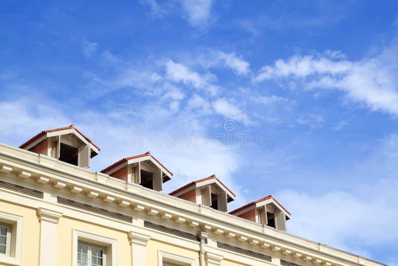 Tapa del hotel con el cielo azul fotos de archivo