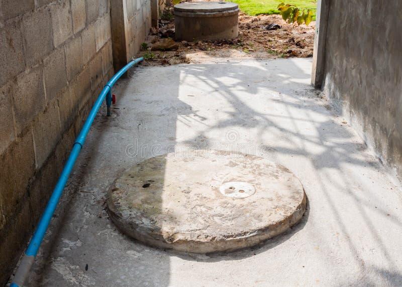 Tapa del tanque séptico del cemento redondo foto de archivo