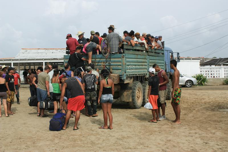 10/15/2018, Tapachula, Suchiate, of Ciudad Hidalgo in Mexico: De Vluchtelingen van Centraal-Amerika schepen een Vrachtwagen op he royalty-vrije stock afbeelding