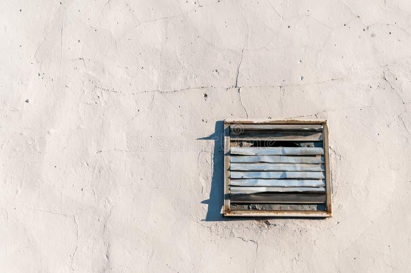Tapadera oxidada dañada vieja del respiradero con rejilla en la pared de la casa o del edificio para la ventilación fresca del ai fotos de archivo libres de regalías