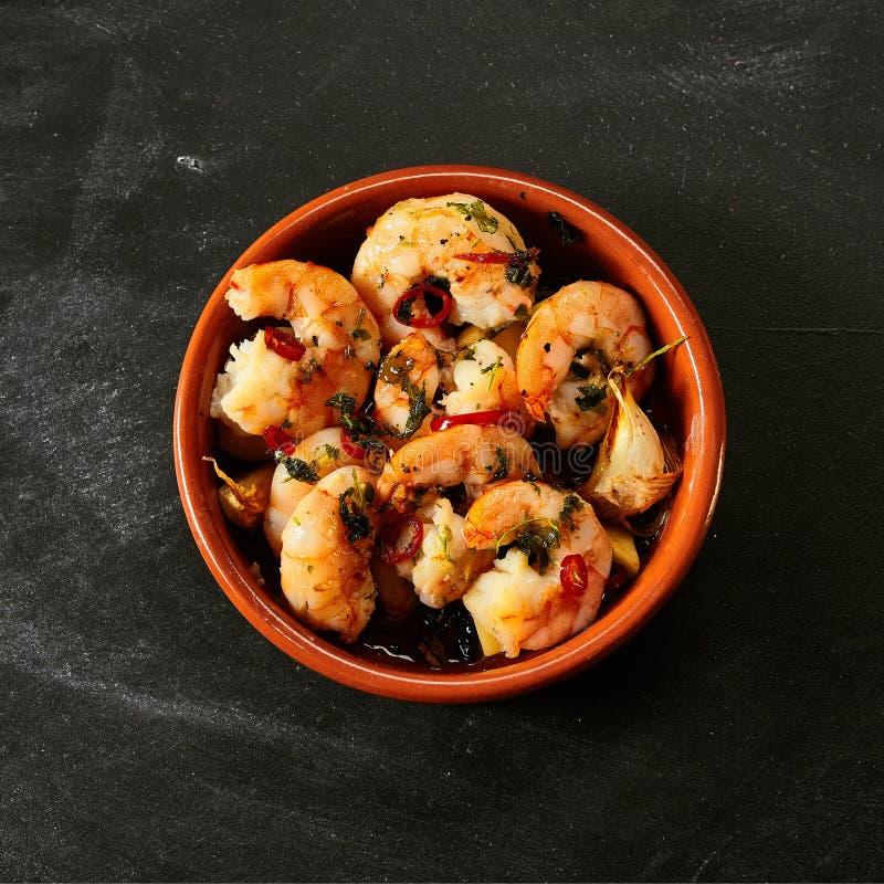Tapas γαρίδων στη σάλτσα πέρα από το Μαύρο στοκ εικόνες