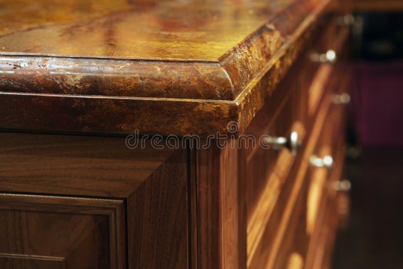 Tapas contrarias del granito y muebles de madera de la cocina. fotografía de archivo libre de regalías