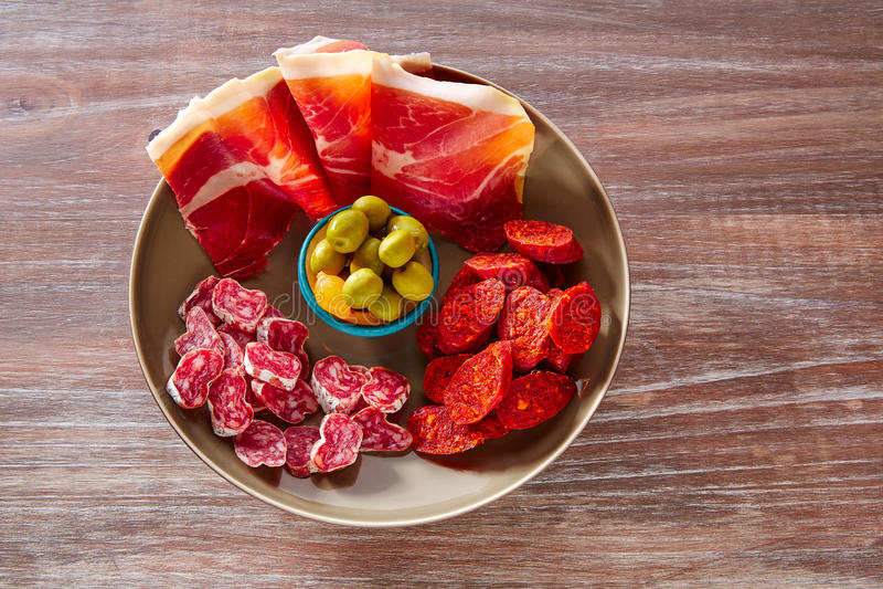 Tapas da Espanha com o chouriço da salsicha das azeitonas do presunto foto de stock royalty free