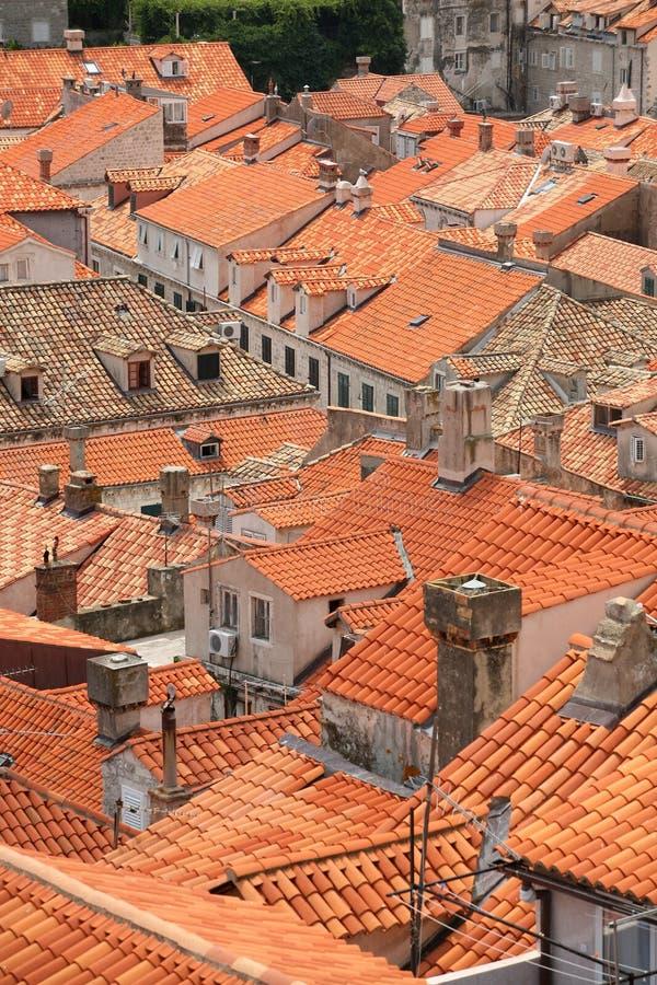 Tapas de la azotea de la ciudad vieja de Dubrovnik imagen de archivo libre de regalías