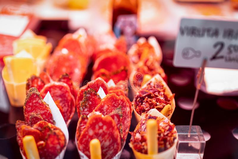 Tapas espagnols traditionnels au marché d'épicerie Foyer s?lectif photos libres de droits