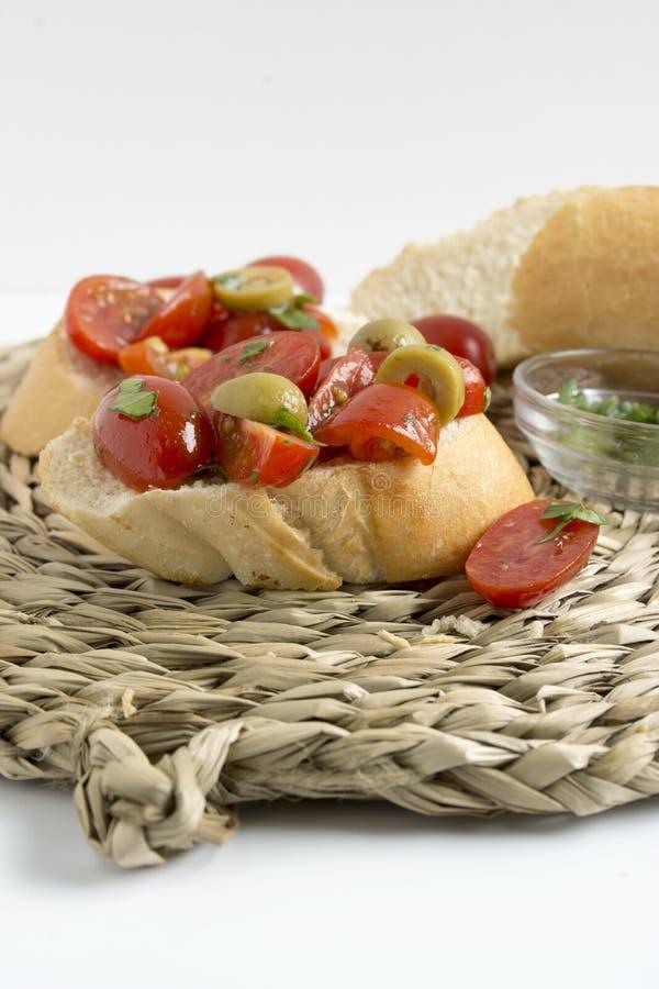 Tapas espanhóis do alimento Brinde com tomate e manjericão frescos fotografia de stock