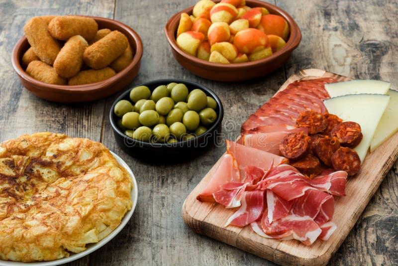Tapas espanhóis tradicionais Bravas dos croquetes, das azeitonas, da omeleta, do presunto e dos patatas fotografia de stock royalty free