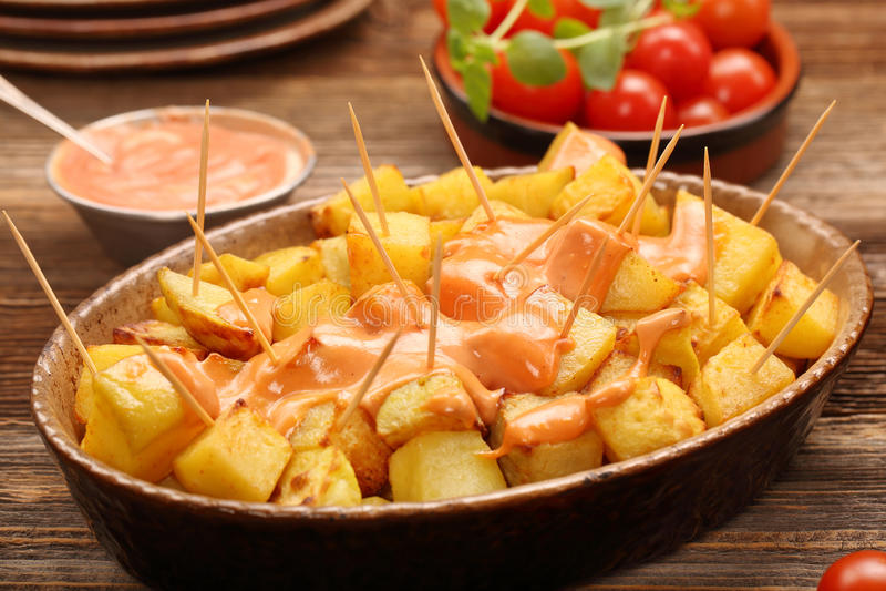 Tapas espanhóis tradicionais do petisco das batatas dos bravas de Patatas fotografia de stock royalty free