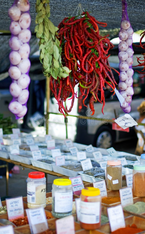 Tapas et épices à vendre sur un marché espagnol photographie stock