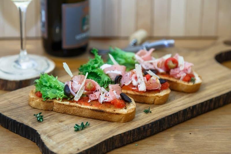 Tapas met Knapperig Brood - Selectie van Spaanse die tapas op baguette wordt gediend royalty-vrije stock foto