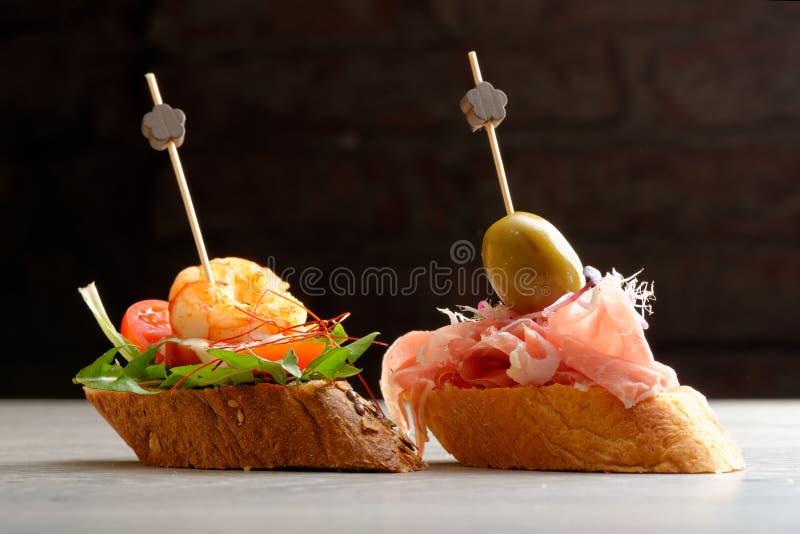 Tapas op Knapperig Brood stock afbeeldingen