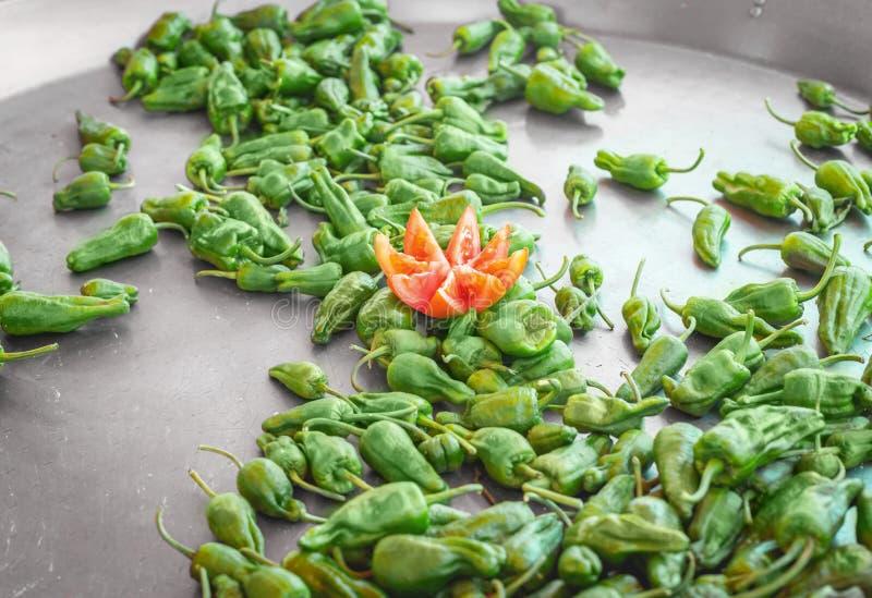 Tapas spagnoli del pepe Pimientos de Padron in grande vaso ad un mercato dell'alimento della via fotografia stock