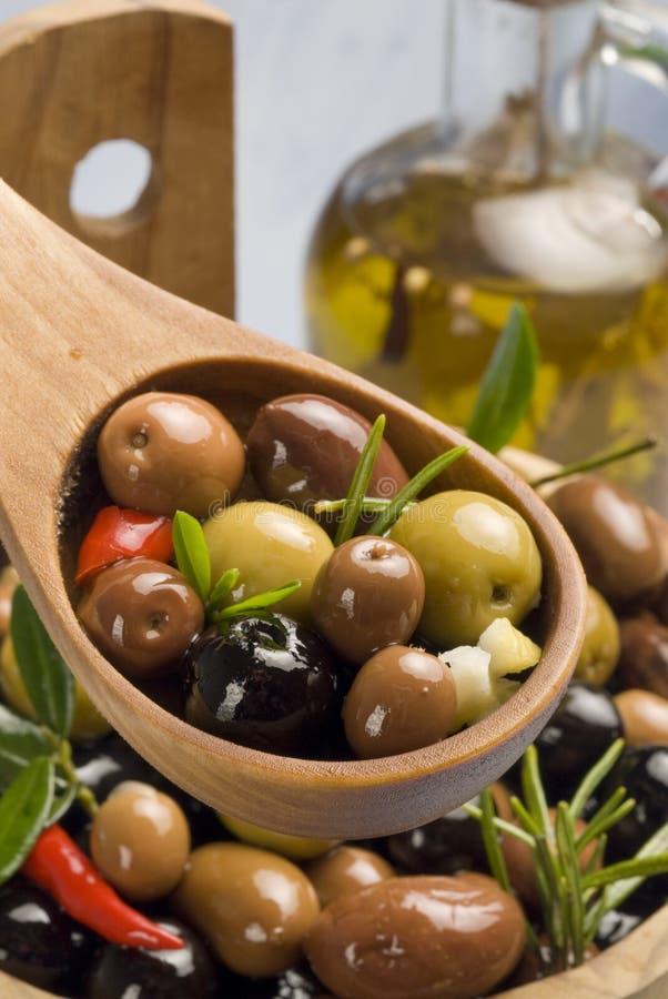 Tapas spagnoli. Olive in un cucchiaio di legno. fotografia stock