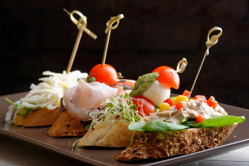 Tapas sur le pain croustillant photo stock