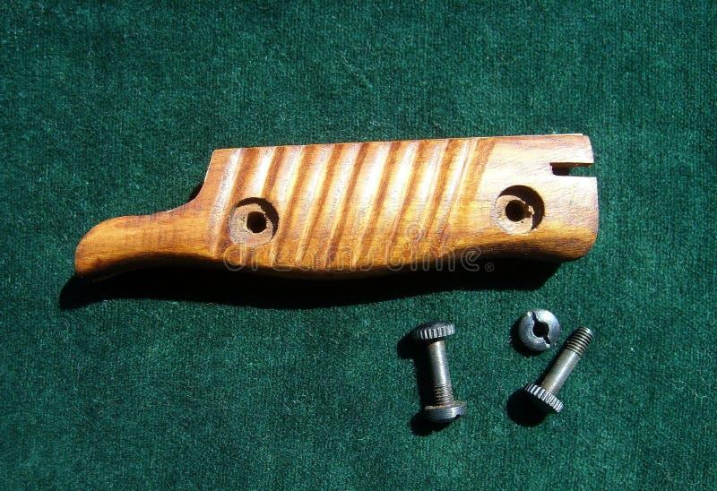 Tapas y tornillos para el modelo de bayoneta M-98/05 Carnicero sobre fondo verde fotografía de archivo