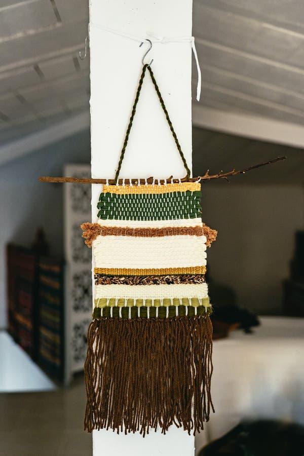 Tapeçaria rústica feito à mão da parede em um estúdio foto de stock