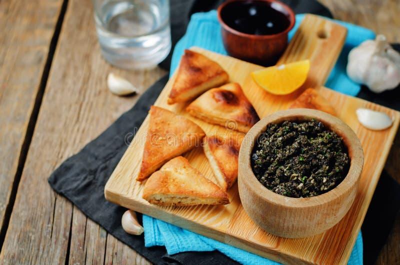 Tapenade черной оливки с зажаренным в духовке пита стоковые изображения rf