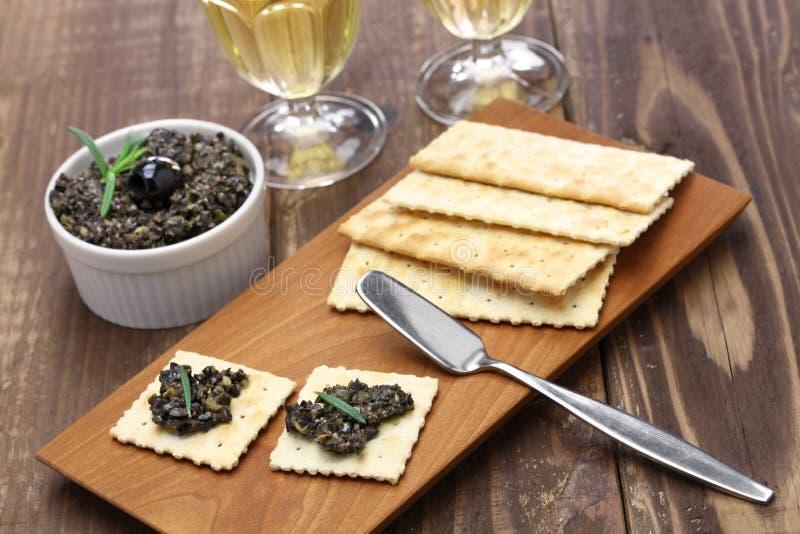 Tapenade verde oliva con i cracker fotografia stock libera da diritti