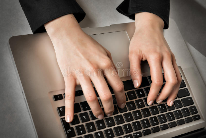 Taper sur l'ordinateur portatif photographie stock libre de droits
