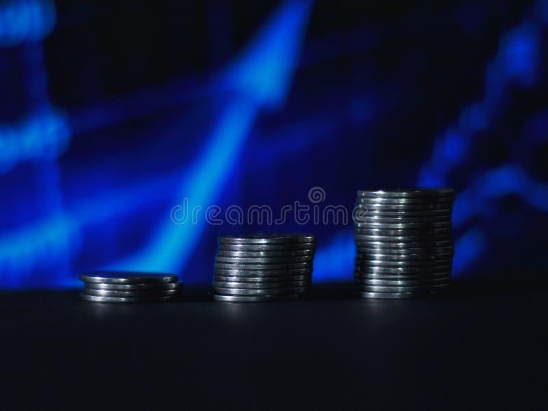 ?tapes de pi?ce de monnaie avec le fond brouill? graphique bleu images stock