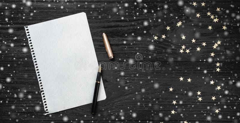 Tapet av vinterferier på svart bakgrund claus bokstav santa Utrymme för text Top beskådar Snöeffekt royaltyfri bild