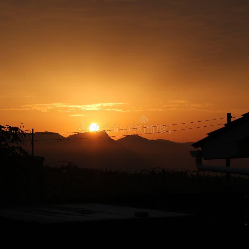 Tapet för bakgrund för soluppgånglandskapbild arkivfoton