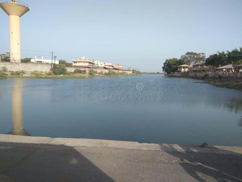 Tapet för natur för hd för flodbank arkivbild