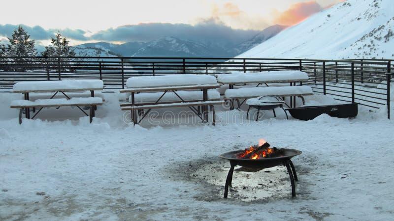 Tapeta: śnieg i ogień zdjęcia royalty free