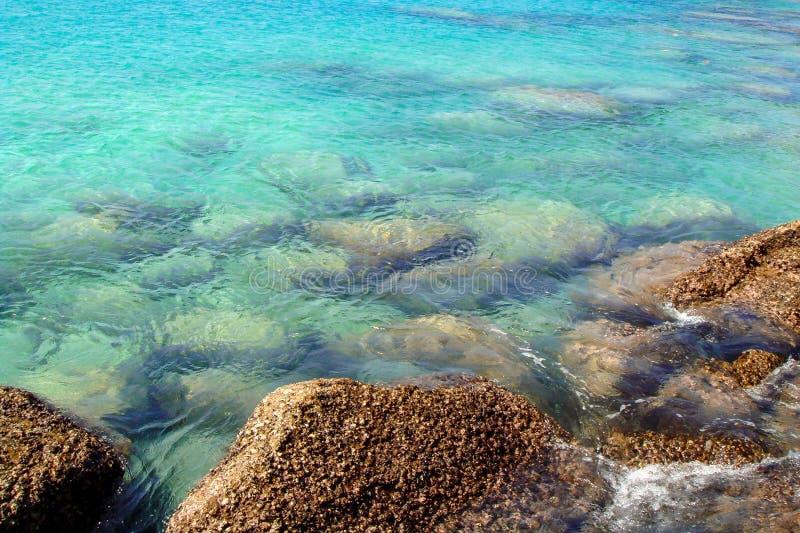 Tapeta jasna b??kitna tropikalna woda morska z ska?ami pod powierzchni? zdjęcie royalty free