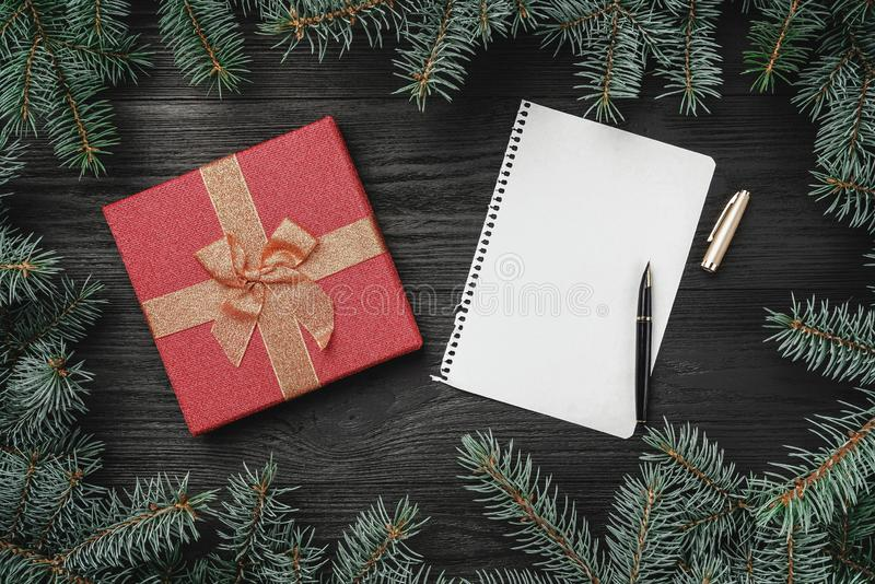 Tapeta zima wakacje na czarnym drewnianym tle Xmas list dla Święty Mikołaj zdjęcia royalty free