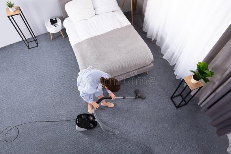 Tapete da limpeza da empregada com aspirador de p30 imagem de stock royalty free