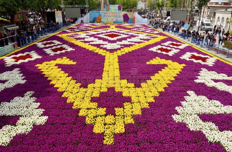 Tapete da tulipa com testes padrões geométricos no quadrado de Sultanahmet dentro fotografia de stock