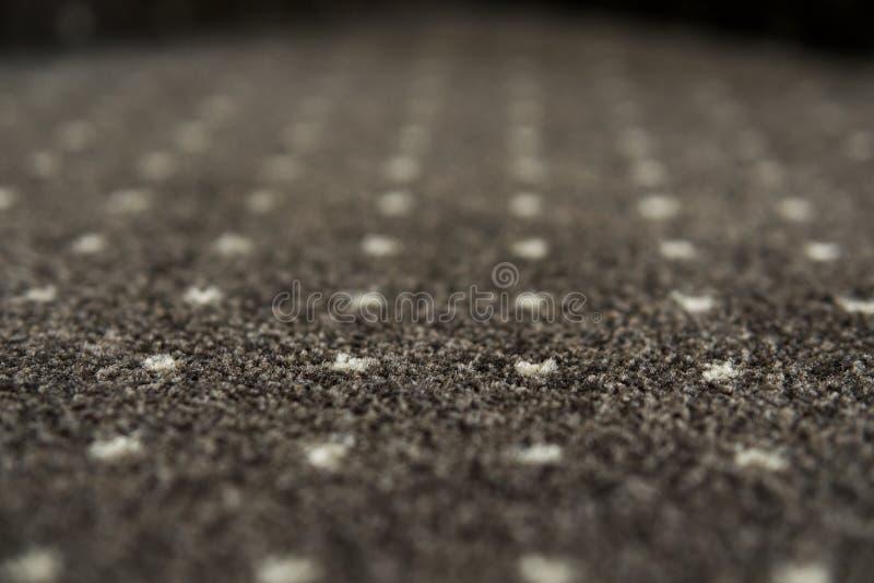 Tapete de Brown com uma textura branca dos pontos Tiro interno da forramento com tapetes na luz do dia fotos de stock