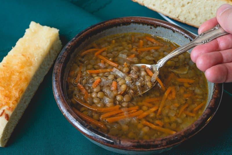 Tapete de lentilha vegetariana com cenoura, cebola e alho Servido com queijo caseiro delicioso foto de stock