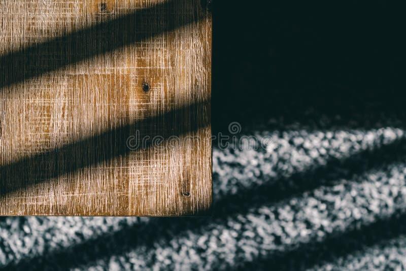 Tapete de madeira da mesa de centro e do luxuoso com sombras da luz solar fotografia de stock