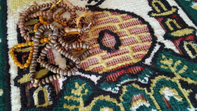 Tapete de oração na mesquita com os grânulos de oração nela fotos de stock royalty free