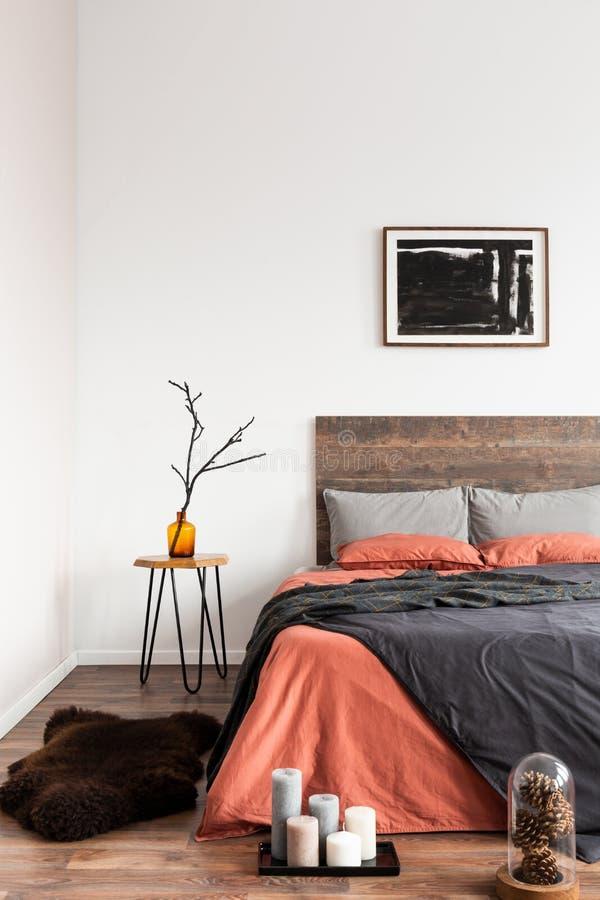 tapete de pelúcia no chão de madeira de simples interior de quarto fotos de stock