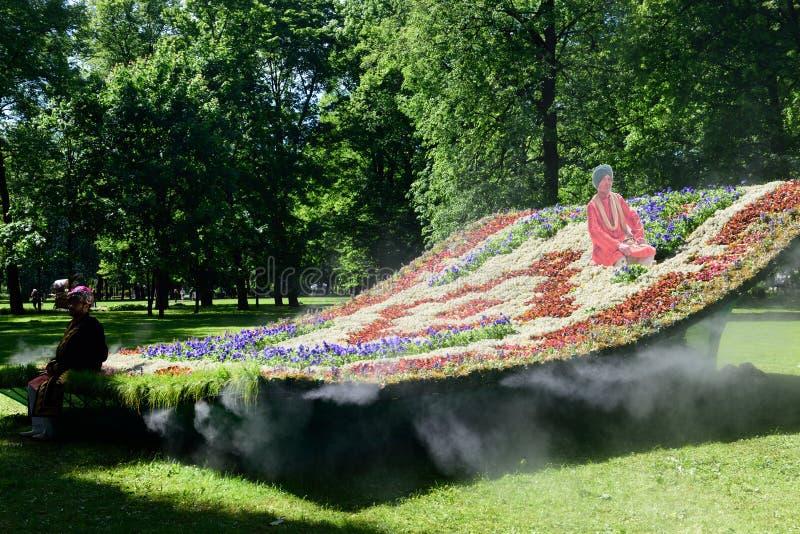 Tapete de voo da instalação no jardim de Mikhailovsky, St Petersburg foto de stock