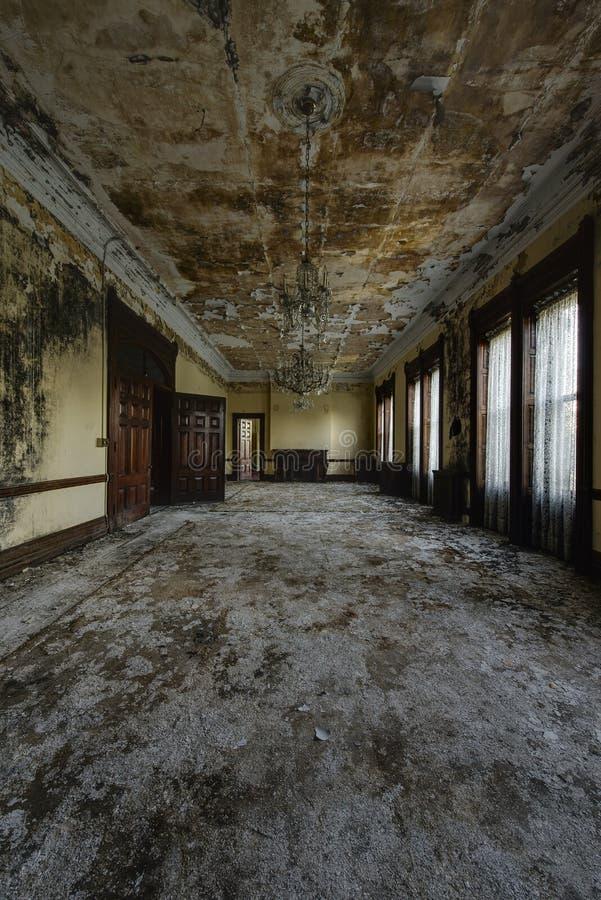 Tapete deslustrado e Windows com cortinas - escola abandonada para meninos - New York fotografia de stock