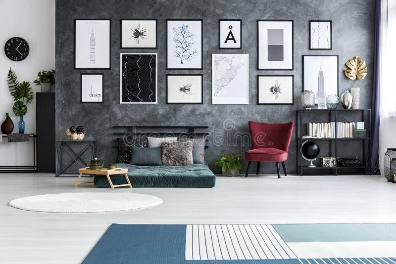 Tapete e tapete azuis no interior espaçoso do apartamento com armc vermelho fotografia de stock