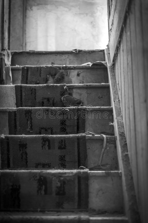 Tapete gasto, escadas velhas da casa abandonada Rebecca 36 foto de stock
