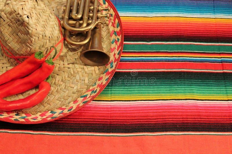Tapete mexicano do poncho da festa em cores brilhantes com sombreiro foto de stock royalty free