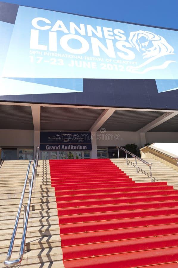 Tapete vermelho ao auditório grande que hospeda o festival internacional da faculdade criadora em Cannes imagem de stock royalty free
