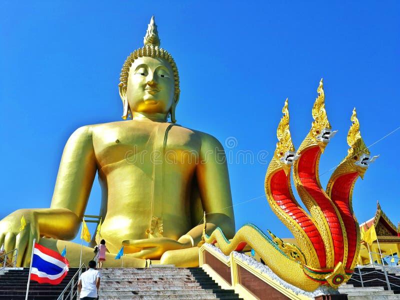 tapeten för bakgrund för religionen för loppet för den gamla templet för templet för asiastyleBuddhastatyn den härliga är det en  arkivbilder