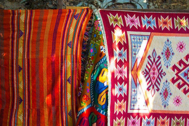 Tapetes bordados das linhas de várias cores brilhantes imagens de stock royalty free