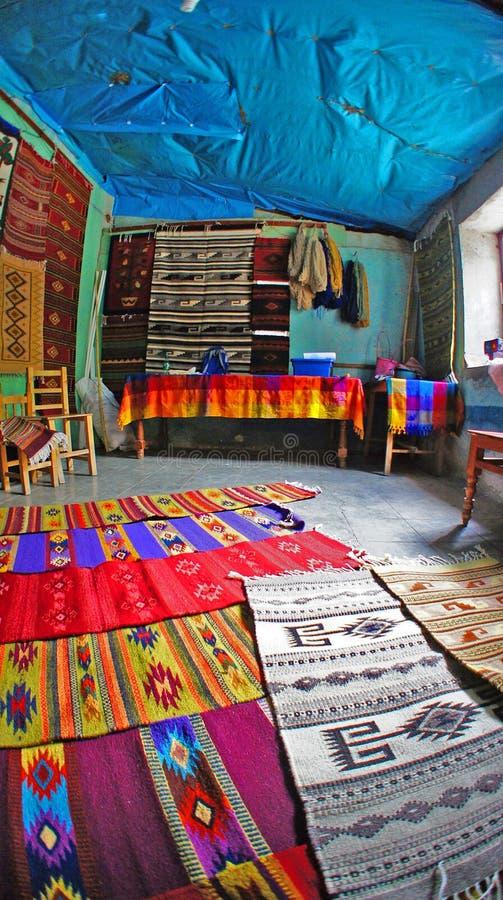 Tapetes locais dos tapetes de uma venda da loja na cidade de Valle do del de Teotitlan, Oaxaca, México imagem de stock royalty free
