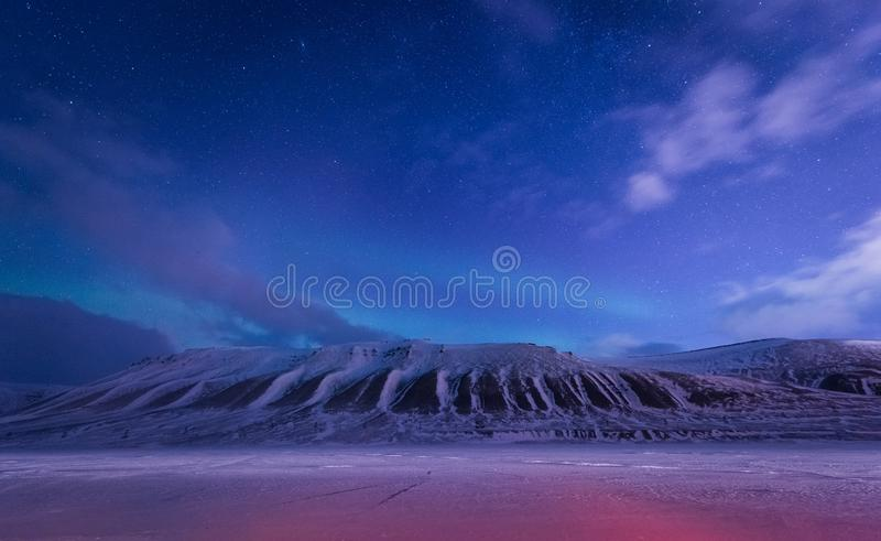 Tapetowa Norway krajobrazu natura góry Spitsbergen Longyearbyen Svalbard budynku śnieżny miasto na biegunowym daynight dowcipie obraz stock